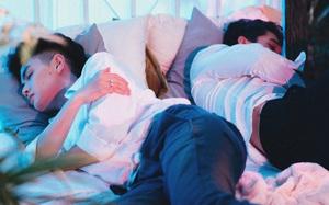 """Sau ồn ào nghi vấn từng yêu Trấn Thành, Đào Bá Lộc tung ảnh """"giường chiếu"""" với mẫu nam điển trai"""