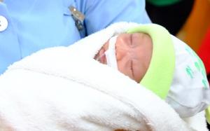 Bé gái bệnh tim nặng, nhỏ bằng bàn tay bác sĩ đã được xuất viện