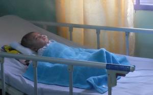 Hình ảnh và tình trạng hiện tại của bé bị não úng thủy Phạm Đức Lộc sau khi trở về từ Singapore