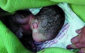 Em bé sơ sinh không áo quần, bị vứt trong thùng rác giữa trời đông, toàn thân tím ngắt