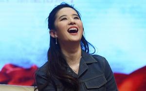 """Lưu Diệc Phi bị soi khoảnh khắc """"kém duyên"""" khi cười to quá trớn"""
