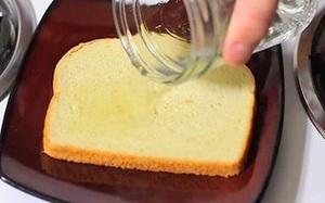 Tròn mắt nhìn hàng xóm đổ giấm lên bánh mì, về nhà làm thử tôi mới hiểu vì sao