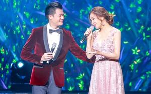 Hồ Quỳnh Hương váy hoa gợi cảm, tình tứ hát cùng Quang Dũng
