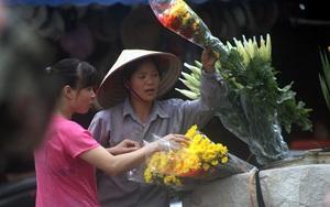 """Hà Nội: Người dân dậy từ sáng sớm tất bật mua sắm cúng """"cô hồn"""""""