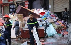 Hà Nội: Cháy cửa hàng chăn ga mặt đường Xuân Thuỷ, nhiều hộ dân xung quanh hoảng loạn
