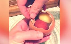 Thấy quả trứng to khổng lồ, bóc ra mới phát hiện bên trong là...