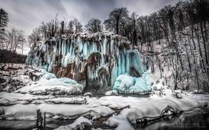 """Thác nước đóng băng ngỡ như """"phép màu giữa chốn thần tiên"""""""