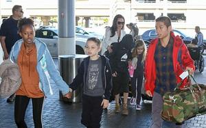 Pax Thiên ra dáng thanh niên khi xuất hiện bên mẹ Angelina Jolie và các anh chị em
