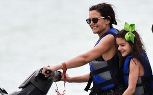 Suri cười tươi như thiên thần khi cùng mẹ trải nghiệm chơi dù lượn và mô tô nước trên biển