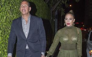 """Jennifer Lopez diện đồ xuyên thấu nội y """"dính như sam"""" với phi công trẻ"""