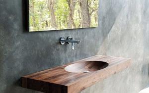 Chẳng cần nhiều, một chiếc bồn rửa tay bằng gỗ cũng đủ mang nét tự nhiên ngập tràn phòng tắm
