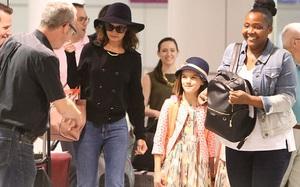 Suri xinh xắn trong trang phục hồng khi cùng mẹ tới Canada