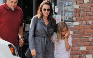 Con gái út âu yếm hôn tay Angelina Jolie trên phố