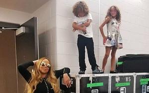 """Cặp sinh đôi tóc xù nhà Mariah Carey phong cách """"chất lừ"""" như những nghệ sĩ nhí"""