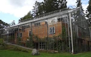 Chống lạnh bằng hệ thống kính bao quanh, đôi vợ chồng biến ngôi nhà thành sản phẩm thiết kế độc đáo nhất thế giới