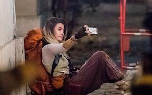 Hết ngồi vệ đường hút thuốc lá, con gái Michael Jackson lại vô tư trèo cột điện