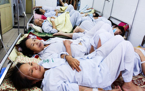 Hà Nội: Dịch SXH gia tăng, bệnh viện chật cứng từ phòng bệnh đến hành lang