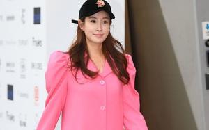 """Chị hai của """"Những nàng công chúa nổi tiếng"""" 42 tuổi vẫn diện đầm hồng choét tham dự Tuần lễ thời trang Seoul"""