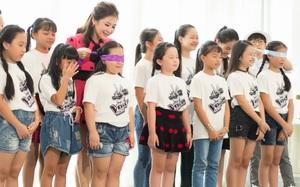 Hương Tràm trẻ trung tập luyện với học trò The Voice Kids