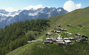 Được tặng 1,6 tỷ đồng nếu đến sống ở ngôi làng đẹp như mơ giữa lưng chừng núi