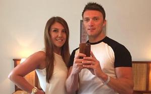 Nhìn cặp đôi hạnh phúc này, ai nghĩ rằng sau kỳ nghỉ lãng mạn người đàn ông đã đau lòng quay về một mình
