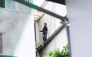 """Hà Nội: Nam thanh niên nghi """"ngáo đá"""" leo trèo qua hàng chục nhà dân gây xôn xao khu phố"""
