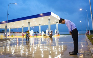"""Hà Nội: Hình ảnh Tổng giám đốc cây xăng Nhật cúi chào, điều hướng phương tiện mua xăng nhiều giờ dưới mưa gây """"bão mạng"""""""