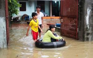 Hà Nội: Sau một đêm, làng biến thành sông, người dân trắng đêm sơ tán đồ đạc, gia súc