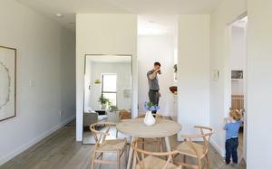 Căn hộ chỉ 63m² nhưng rộng thênh thang, cực gọn gàng của cặp vợ chồng có con nhỏ