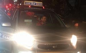 Tài xế taxi kiên nhẫn gần 1 tiếng đợi khách quay lại để trả tiền thừa trong thời tiết mưa lụt ở Hà Nội