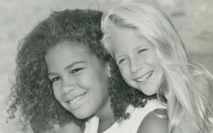 """""""Dao kéo"""" từ năm 10 tuổi, hai cô con gái trở thành biển hiệu sống cho trung tâm thẩm mỹ của bố"""