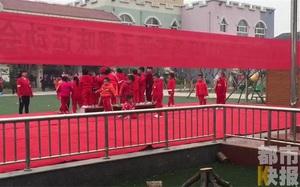 Bất chấp sương mù dày đặc, trường mầm non vẫn buộc hơn 200 bé tham gia đại hội thể thao ngoài trời