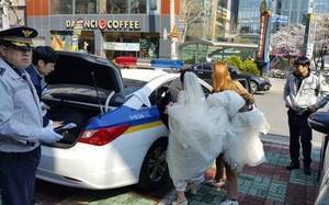 Cô dâu, chú rể đi xe cảnh sát đến hôn lễ cho kịp giờ