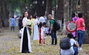 """Cuối tuần, chị em áo dài váy hoa kéo nhau đi pose ảnh ở """"con đường lá vàng"""" Phan Đình Phùng"""