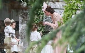 Đây có phải là nguyên nhân khiến Hoàng tử nhí Anh Quốc bị mẹ Kate mắng đến phát khóc trong lễ cưới của dì ruột?