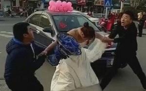 Đám cưới bỗng trở thành trò hề khi người yêu cũ của cô dâu chặn xe hoa đòi nối lại tình xưa