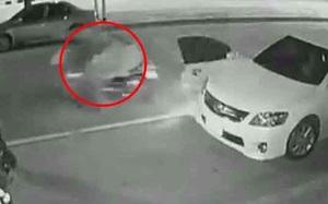 Vừa bước xuống ô tô, chàng trai trẻ bị chiếc xe máy lao như tên bắn tông trúng