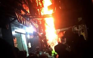 Du khách hoảng hốt bỏ chạy khi căn nhà ở phố Tây bùng cháy