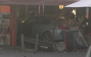 Ôtô lao vào nhà hàng pizza ở Pháp, nhiều người thương vong