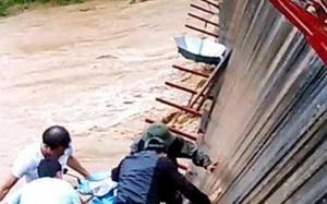 Thót tim cảnh người, xe lơ lửng trên cầu treo đứt cáp vì lũ cuốn trôi