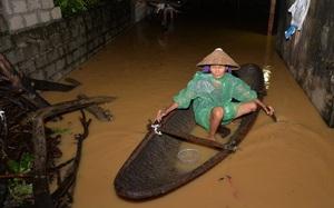 Chùm ảnh: Người dân sơ tán tài sản, vật nuôi trong đêm do nước tràn bờ tại Chương Mỹ, Hà Nội