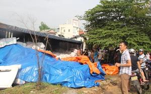 Quảng Nam: Xe container mất lái bị lật nghiêng giữa QL1A, người dân giúp tài xế thu gom hàng hóa đổ ra đường