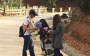 Dù đã được nhắc nhở, cặp đôi vẫn cố tình cắt trộm hoa trên đường vào Ma Rừng lữ quán khiến nhiều người bất bình