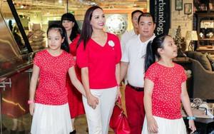 Hai con gái nhà Thúy Hạnh - Minh Khang lớn phổng phao bên bố mẹ