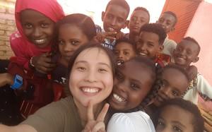 Tốt nghiệp xong, người ta đi Đông đi Tây lập nghiệp, cô gái Việt này lại sang hẳn châu Phi làm  cô nuôi dạy trẻ
