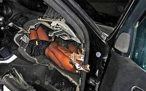 Bức ảnh bé trai bị kẻ buôn người nhồi nhét đằng sau bảng điều khiển xe hơi khiến cả thế giới phẫn nộ
