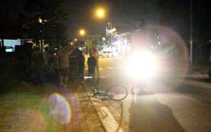 Bình Dương: Thương tâm ba mẹ con đạp xe bán vé số giữa đêm bị ô tô hất văng nguy kịch
