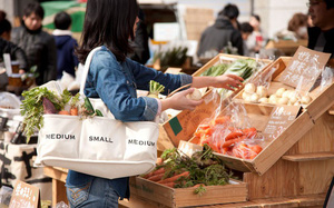 """Hết thời túi """"cám con cò"""", bạn biết đang hot nhất thị trường thời trang Nhật là gì không? Xin thưa: túi mua rau!"""