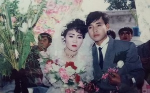 """Đám cưới """"chất chơi"""" thời bố mẹ anh thập niên 90: Pháo nổ râm ran, cả làng chạy theo cô dâu chú rể"""