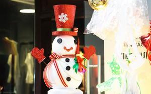 """Thị trường đồ trang trí Noel: Xuất hiện nhiều món """"khủng"""" với giá tiền triệu vẫn hút khách"""